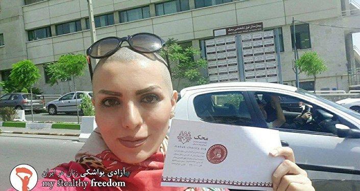 Iran: elle lutte contre le port du voile en se rasant le crâne