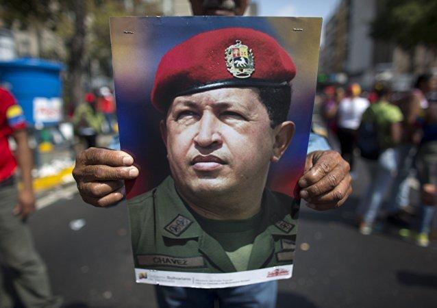 Son combat contre la dictature du dollar aurait coûté la vie à Chavez