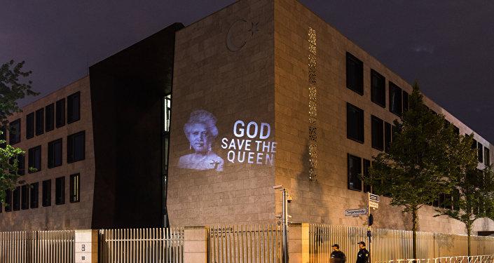 la projection du portrait de Recep Tayyip Erdogan avec la couronne de la reine d'Angleterre