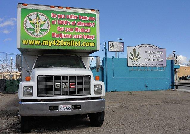 Un camion services avec un publicité de marijuana médicinale à Denver, dans une bande commerciale connue sous le nom The Green Mile et Reefer Row en raison de la plus d'une douzaine de dispensaires de cannabis médical dans le quartier.