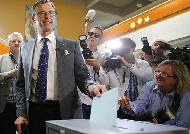 Le candidat à la présidentielle Norbert Hofer pour l'extrême droite FPÖ en train de voter, Autriche, le 22 mai 2016