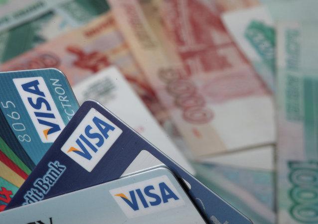 Les cartes bancaires Visa et dénominations monétaires de 1000 et de 5000 roubles
