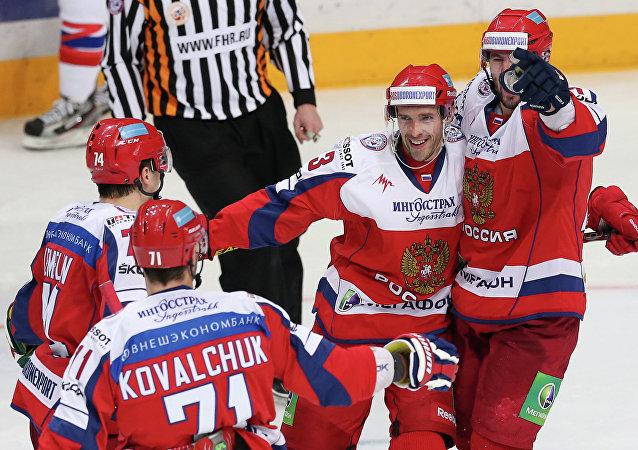 Hockeyeurs russes dont Pavel Datsiouk (deuxième à droite)