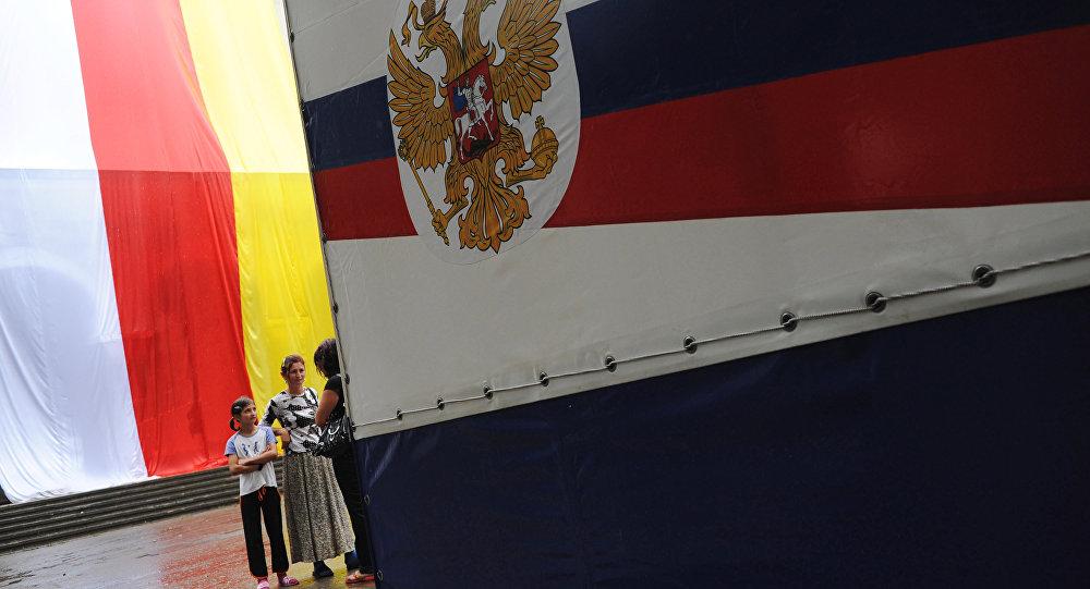 Les drapeaux de l'Ossétie du Sud et de la Russie