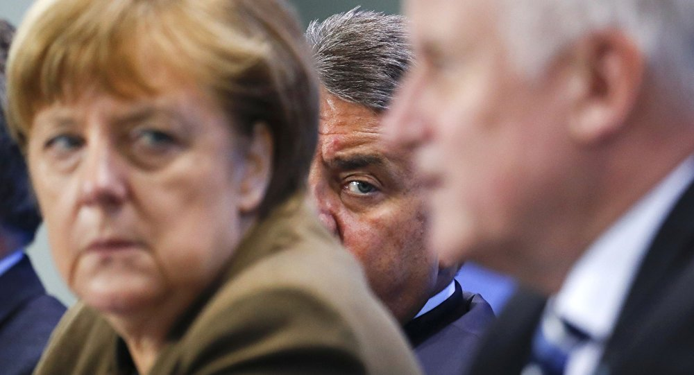 Le ministre allemand de l'Economie Siegmar Gabriel (C) entre la chancelière Angela Merkel et le premier ministre bavaroise et le chef de l'Union chrétienne-sociale (CSU) Horst Seehofer lors d'une conférence de nouvelles à la Chancellerie à Berlin, Allemagne, 14 Avril 2016.