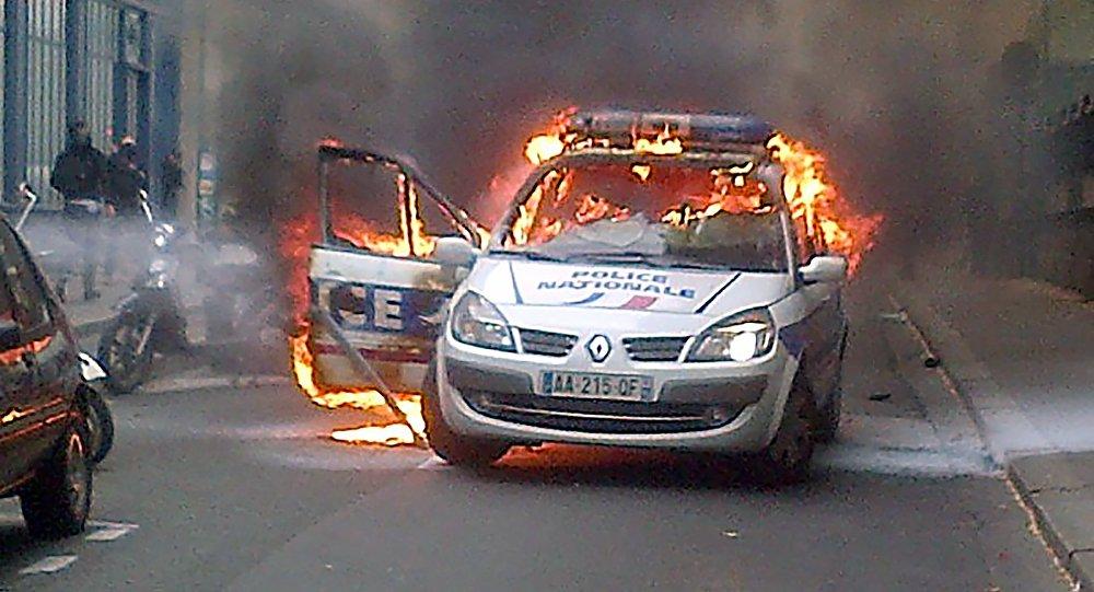Voiture de police incendiée à Paris