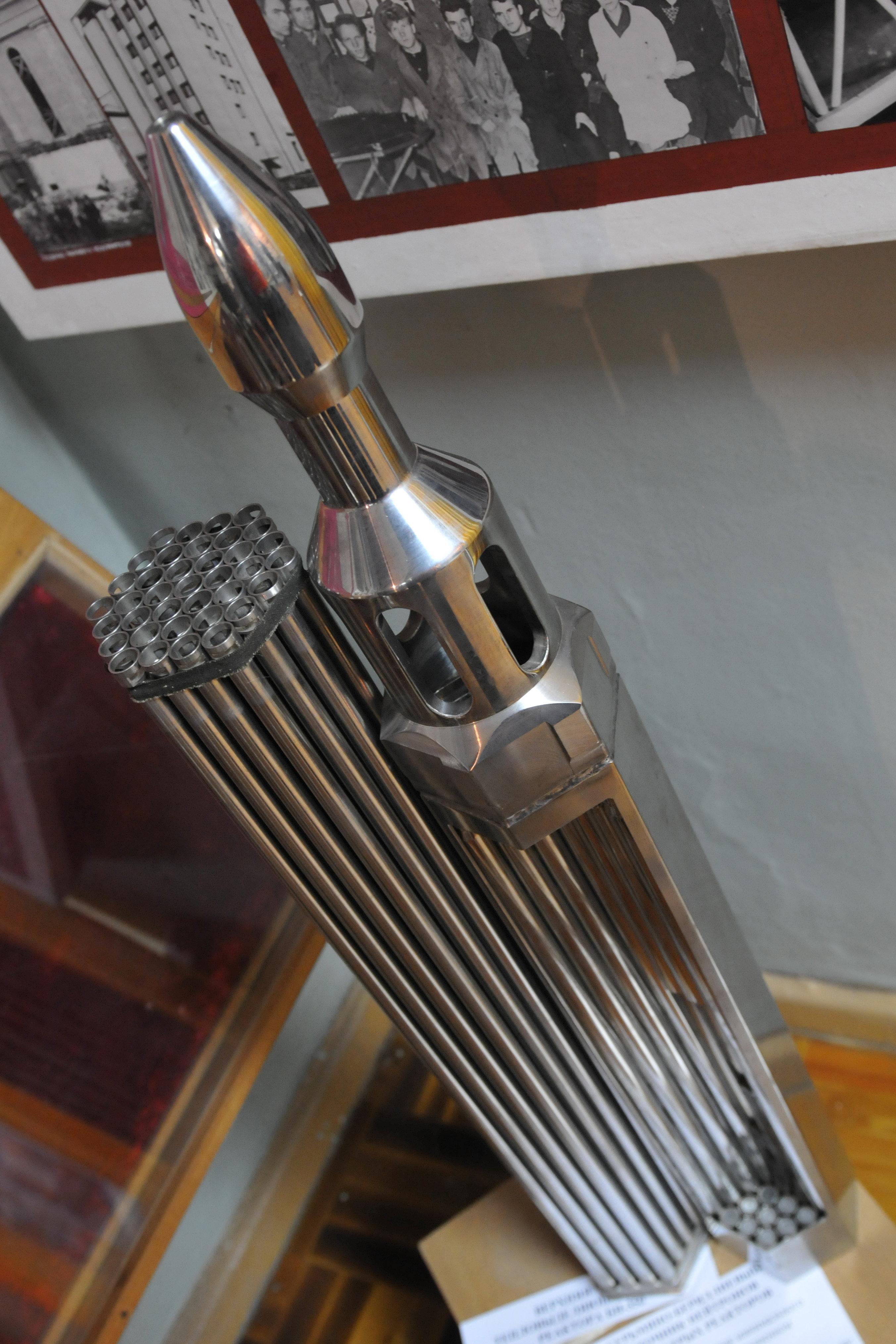 Le modèle de tuyau de l'élément combustible de réacteur à neutrons rapides