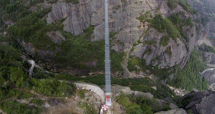 Le plus long pont de verre construit en Chine