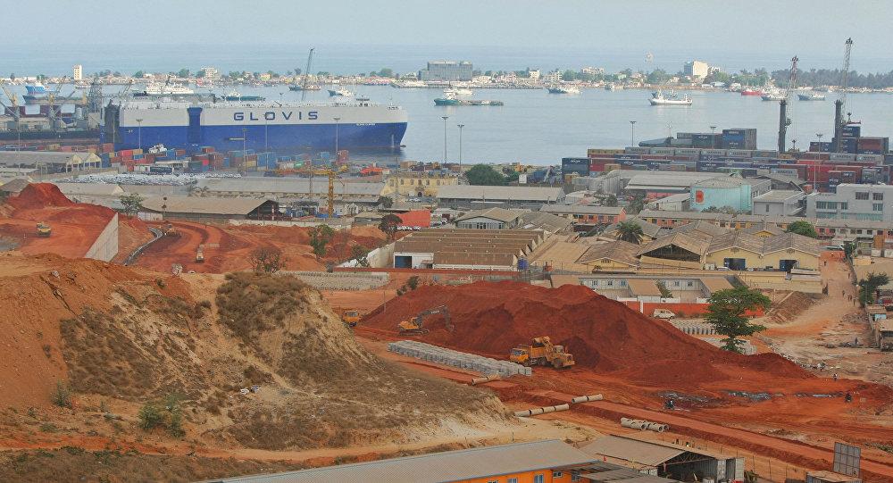 Vue du port commercial de Luanda