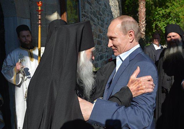 Le président russe Vladimir Poutine et l'abbé du monastère de Saint-Panteleimon sur le mont Athos
