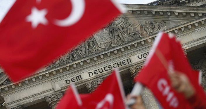 Des ressortissants turcs protestent contre la résolution du Bundestag  qualifiant de génocide le massacvre d'Arméniens par les forces ottomanes en 1915