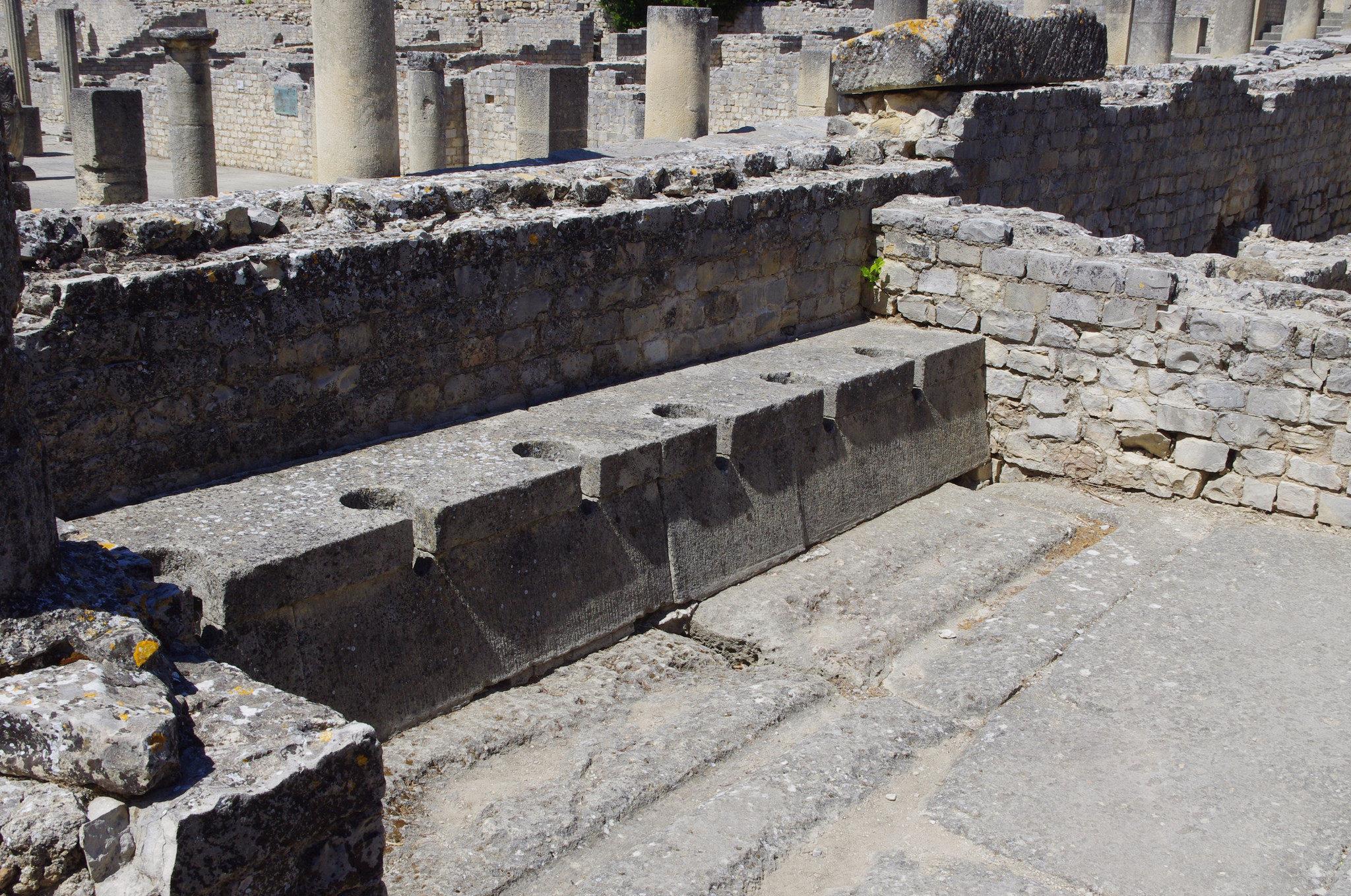 Les toilettes publiques dans le quartier de shopping de Vaison-la-Romaine antique