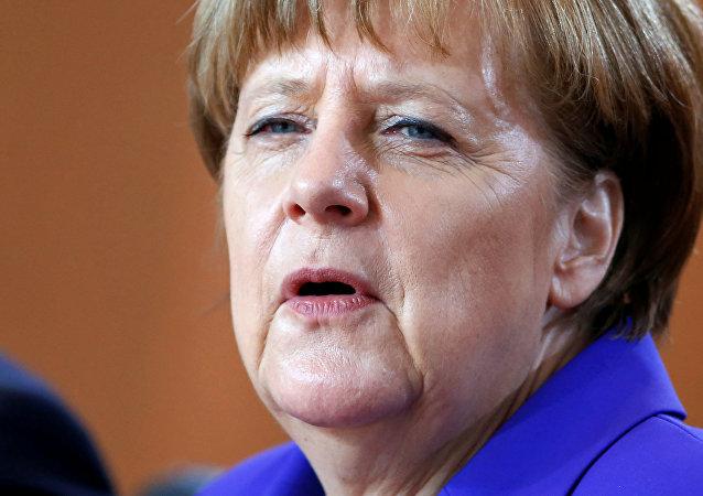 La chancelière allemande Angela Merkel assiste à la réunion hebdomadaire du cabinet à la chancellerie à Berlin, Allemagne, 20 Avril 2016