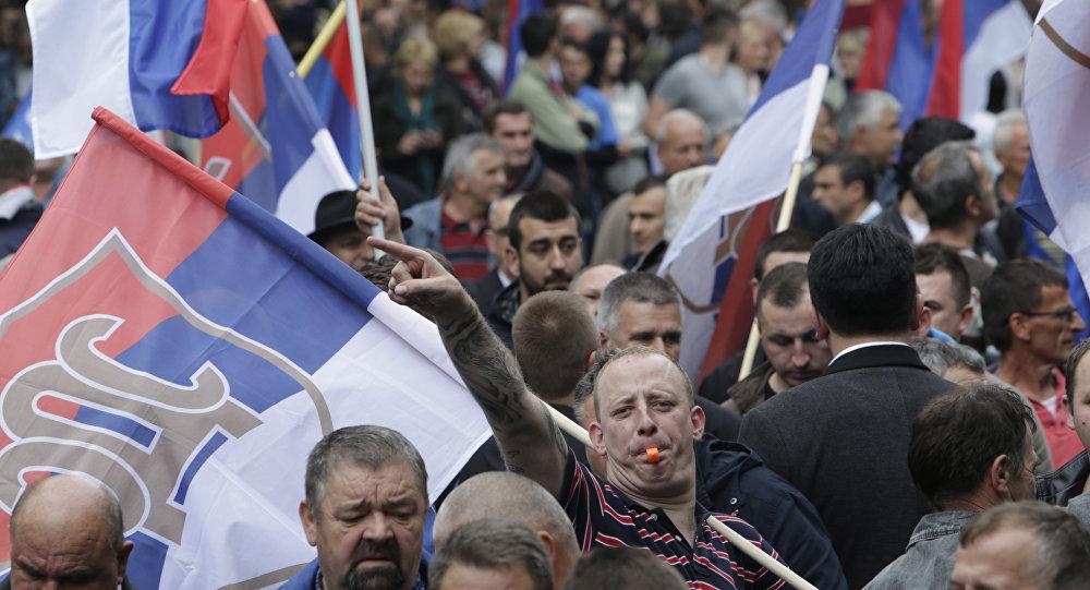 Un Serbe bosniaque porte le drapeaux lors d'une manifestation à Banja Luka, en Bosnie, le samedi 14 mai 2016