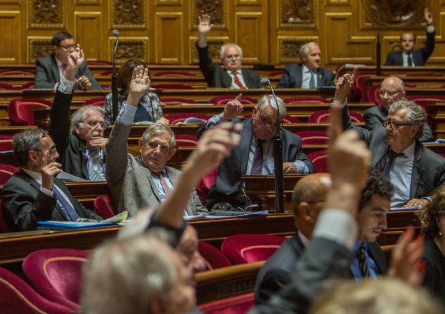 Сенаторы во время голосования французского сената по принятию резолюции с призывом о смягчении санкций против России