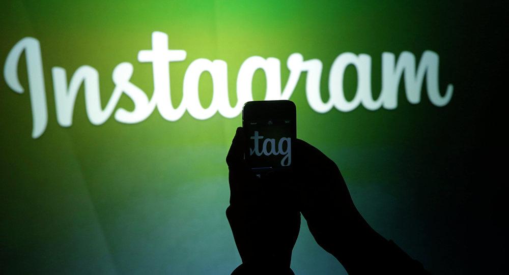 Un journaliste fait une vidéo du logo Instagram