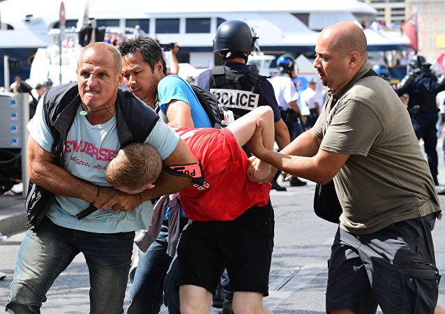 Un fan qngqlis est arrêté par le personnel de police suite aux affrontements entre les supporters anglais et la police dans la ville de Marseille, France, le 11 juin 2016, avant le match de football Euro 2016 entre l'Angleterre et la Russie