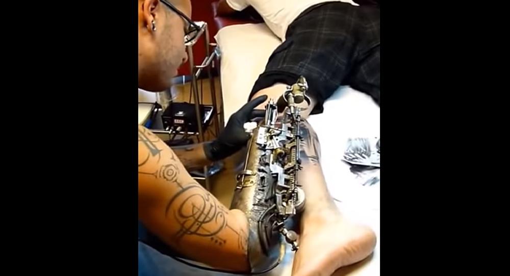 Grande Premiere Il Realise Des Tatouages Avec Un Bras Biomecanique