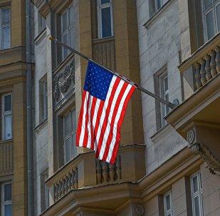 Le drapeau en berne sur l'ambassade des Etats-Unis à Moscou