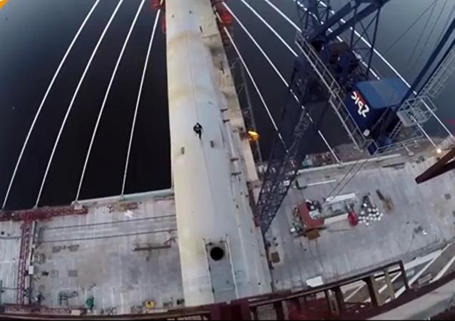 Des roofers russes escaladent un pont de 125 m de hauteur