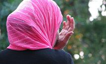 Femme au foulard. Image d'illustration