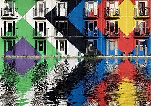 La vision du monde du photographe Dirk Bakker est sûrement différente de celle d'un piéton ordinaire. Il y a des ombres, des formes, des agencements et des motifs. La façon dont je vois et filme le monde est fortement influencée par cet amour, avoue l'auteur sur son site Internet. Suivez-le sur Facebook et Instagram.