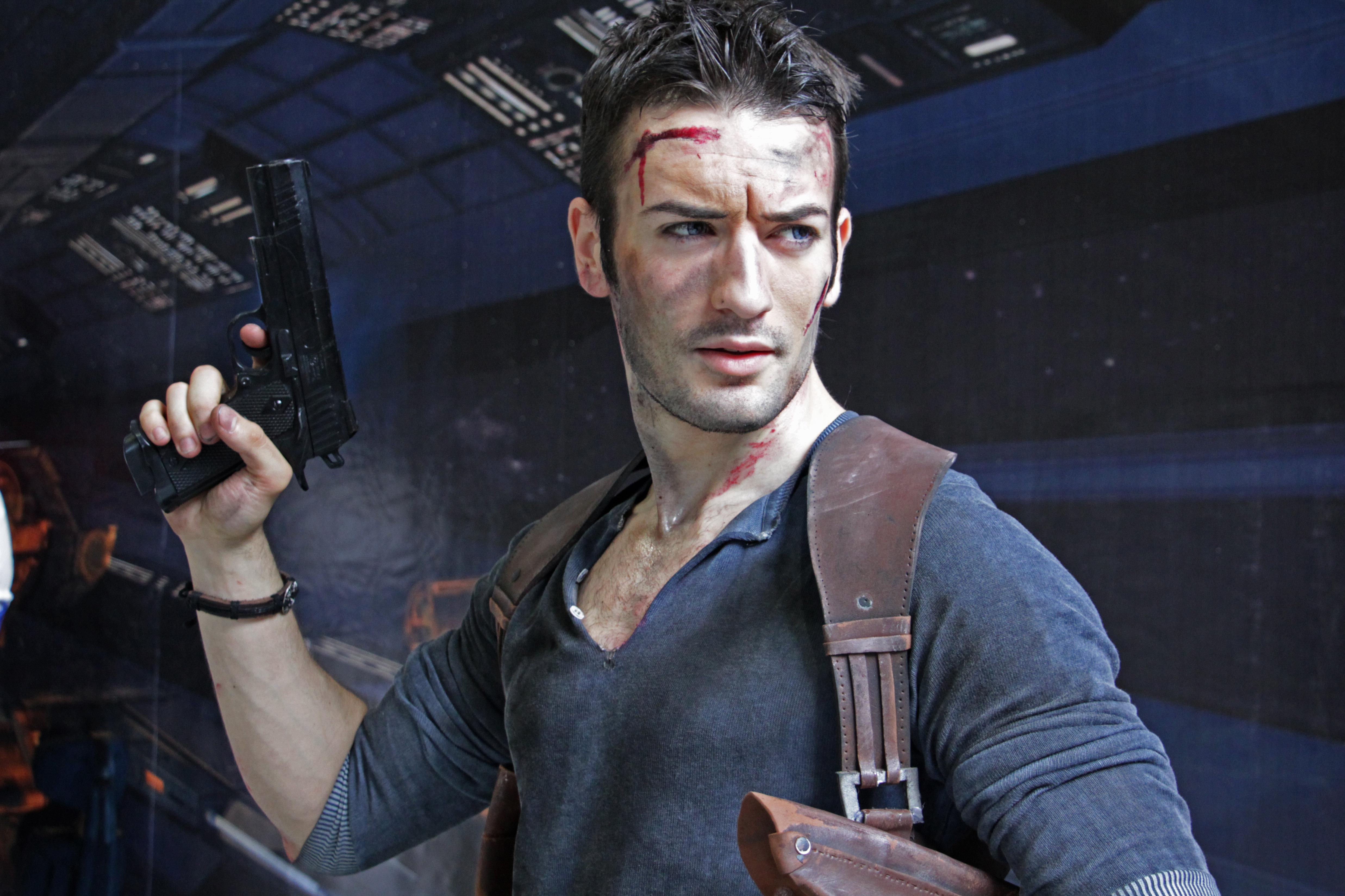 Leon Chiro déguisé en Nathan Drake du jeu vidéo Uncharted
