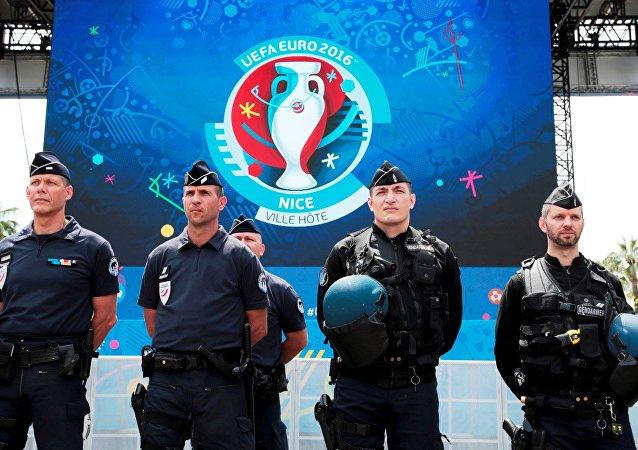 La police et les gendarmes français dans une fan-zone de l'Euro 2016