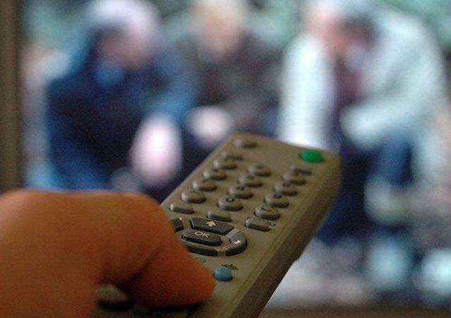 Regarder la télé trois heures par jour doublerait le risque de mort prématurée (étude)