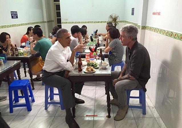 Barack Obama dans un restaurant de Hanoï