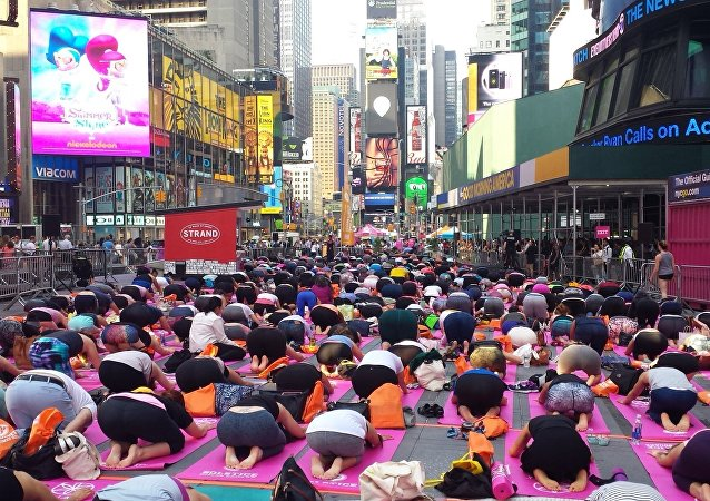 de fans de yoga à Times Square