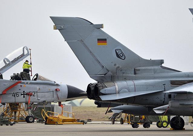 Un technicien travaille avec un avion allemand Tornado  à la base aérienne d'Incirlik, en Turquie