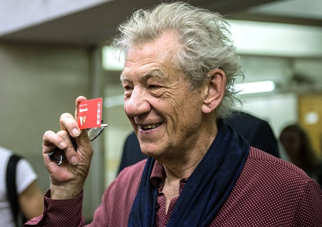 L'acteur britannique Sir Ian McKellen avec un billet à une station de métro de Moscou.