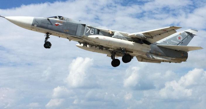 Un Su-24 russe  décolle de l'aérodrome de Hmeimim