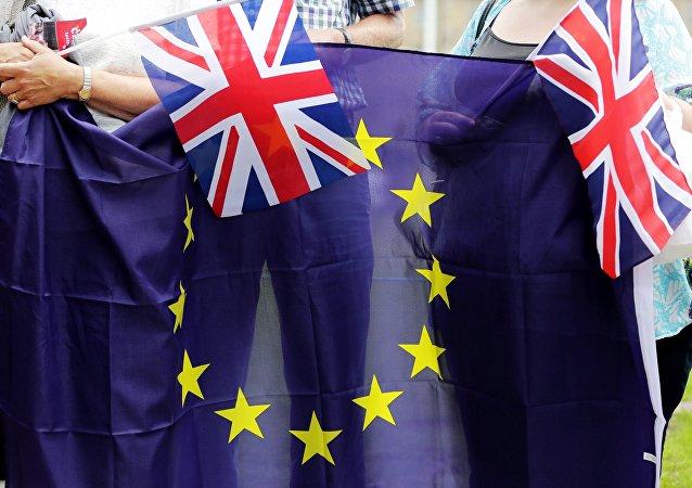 Les drapeaux de l'UE et du Royaume-Uni