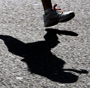 Le sprinteur chinois qui court plus vite qu'un jet (vidéo)