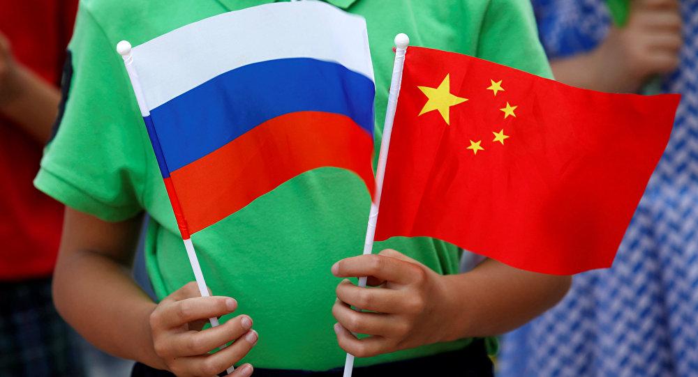 Des drapeaux russe et chinois