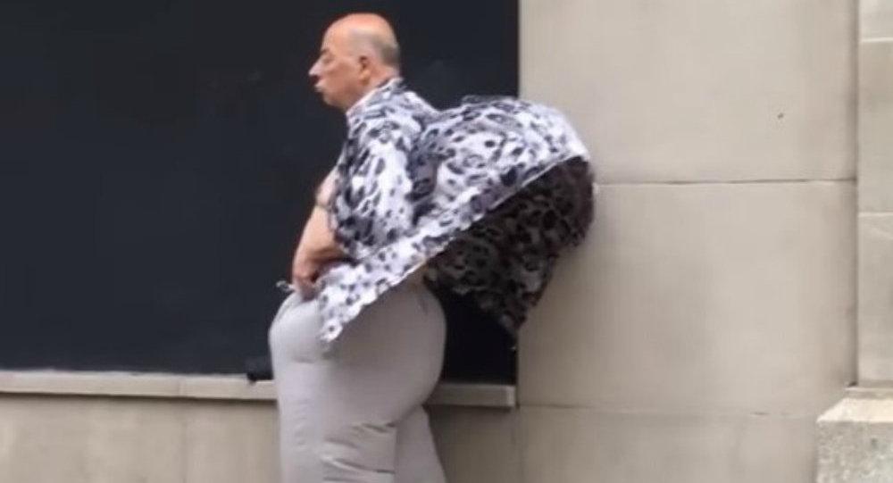 Cet homme mystérieux qui aime se ventiler sur la grille de métro