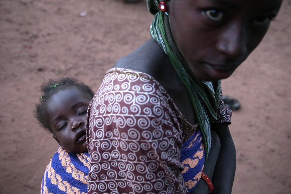Femme avec un enfant dans la ville de Sévaré