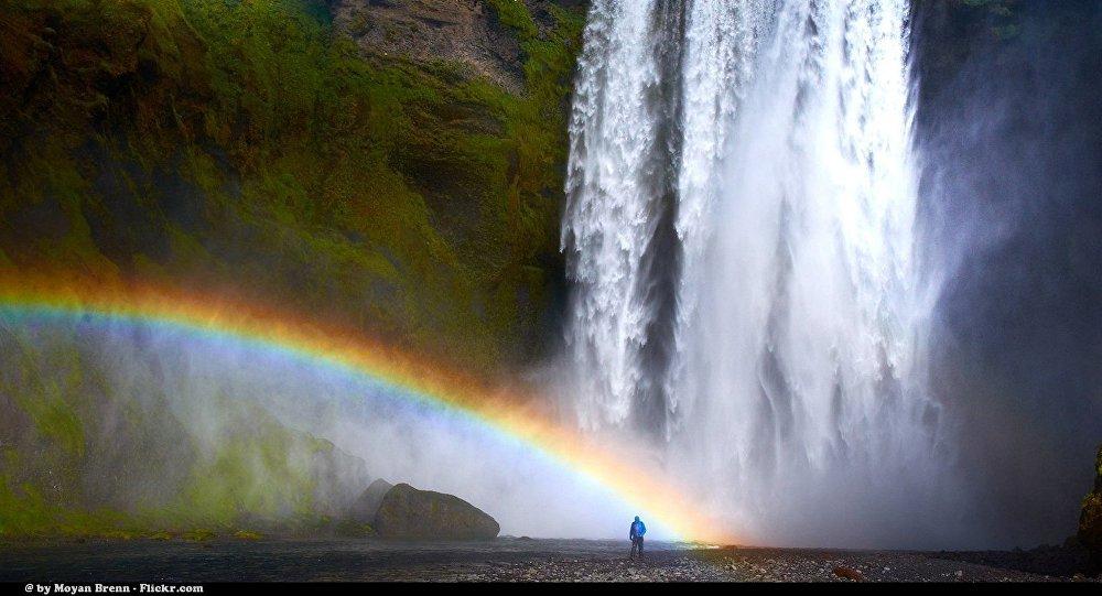 Le sens d'une cascade inversé par les rafales de la tempête Ciara - vidéo