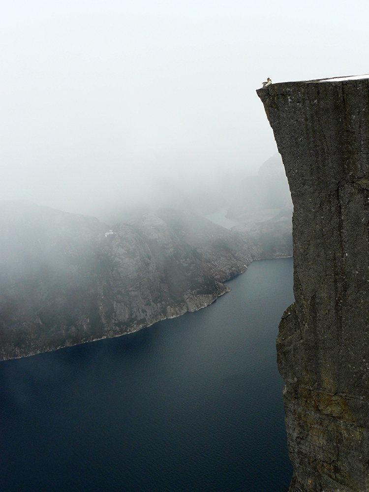 Une vue incroyable apparaît depuis la falaise au-dessus du fjord. Pour cela, le rocher est connu comme l'une des curiosités naturelles principales de Norvège.