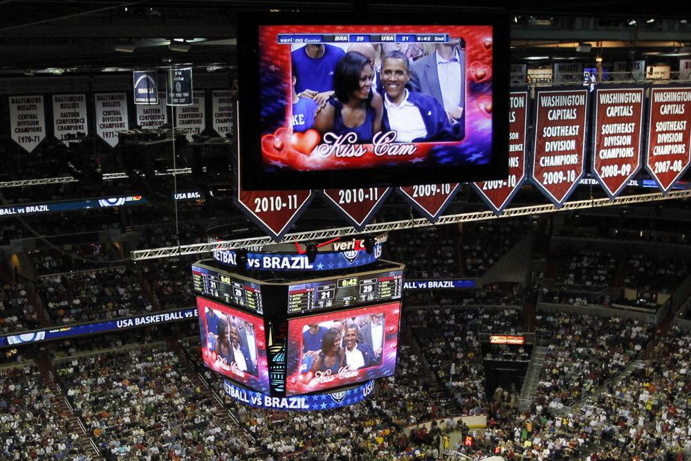 Le président américain Barack Obama et son épouse Michelle sur les écrans du Kiss cam lors du match de basket-ball opposant les équipes des Etats-Unis et du Brésil lors des Jeux olympiques de 2012.
