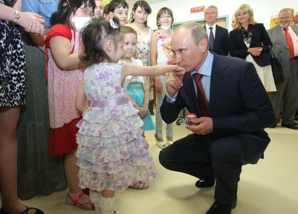 Le premier ministre Vladimir Poutine lors de la cérémonie de fin de la construction d'un centre d'hématologie, d'immunologie et d'oncologie, en 2011.