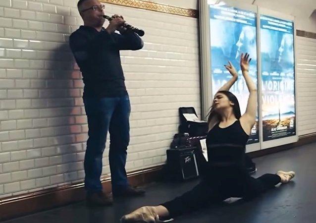 Les danseurs rejoignent les musiciens au métro parisien