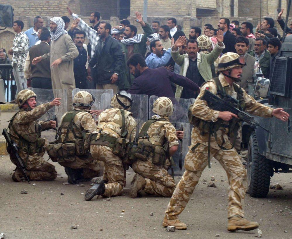 Des militaires britanniques lors de manifestations dans la ville de Bassora, en Irak.