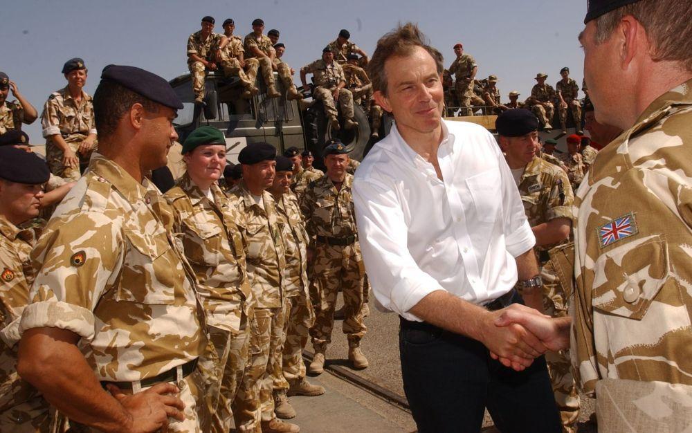Le premier ministre britannique Tony Blair rencontrant des militaires dans le port d'Umm Qasr, dans le sud de l'Irak.