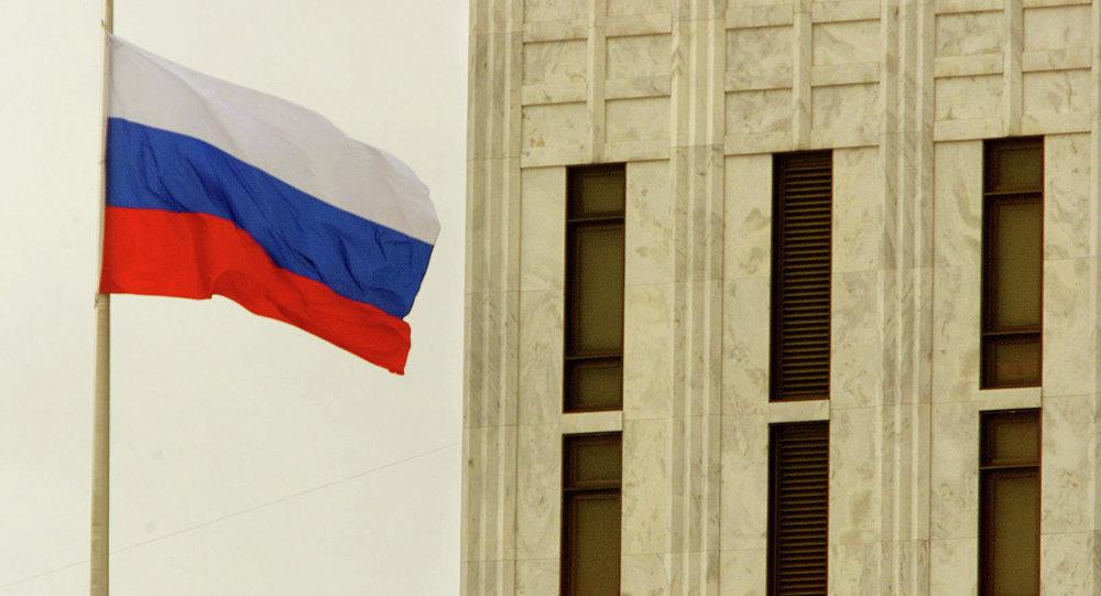 Le drapeau sur l'ambassade de la Russie à Washington