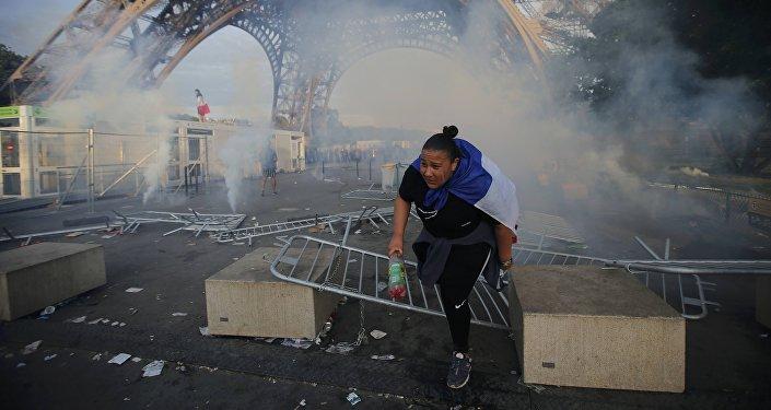 Lors d'incidents avec les supporters, les forces de l'ordre ont dû recourir au gaz lacrymogène et aux canons à eau.