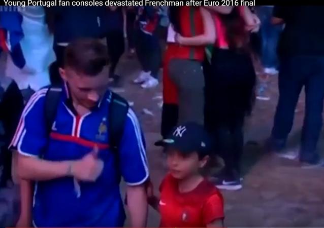 Le garçon portugais consolant un Français