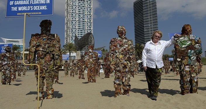 Un exemple de statues produites uniquement à partir de déchets par l'artiste HA Schult, d'origine allemande, qui en a réalisé 1000 !